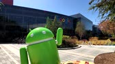 мобильный телефон : Mountain View, USA - September 25, 2018: Android statue in Googleplex headquarters main office