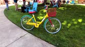 kaliforniya : Mountain View, USA - September 25, 2018: Google bicycle in Googleplex headquarters main office Stok Video