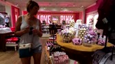 butik : Las Vegas, USA - September 10, 2018: Buyers visiting Pink store at the strip