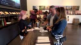 виноград : Napa, USA - September 10, 2018: People tasting wine in winery