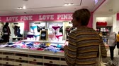 Виктория : Las Vegas, USA - September 10, 2018: Buyers visiting Pink store at the strip