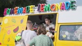 vendedores ambulantes : Moscow - June 22, 2019: Young woman sells fresh homemade lemonade from food track Archivo de Video