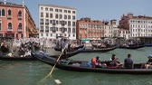 венето : Venice, Italy - August 3, 2019: Gandoliers ride tourists on gondolas along the Grand Canal