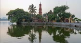 pagode : 4k day to night timelapse of Chao Tran Quoc temple in Hanoi, Vietnam.