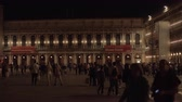 čtverce : VENICE, ITALY - APRIL 23, 2018: Many people walking on Piazza San Marco at night, the principal public square of Venice