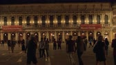 benátky : VENICE, ITALY - APRIL 23, 2018: Many people walking around Piazza San Marco at night, ancient principal square of the city Dostupné videozáznamy