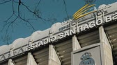 лига : MADRID, SPAIN - JANUARY 17, 2018: Outside view of football stadium Santiago Bernabeu with Real Madrid logo. Home stadium of famous team Стоковые видеозаписи