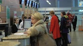 регистрация : MOSCOW, RUSSIA - DECEMBER 31, 2017: People waiting at registration desks in Terminal D of Sheremetyevo Airport Стоковые видеозаписи