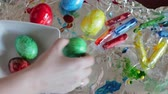 украшать : A closeup of easter eggs that were recently colored.