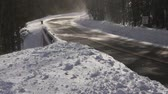 söprés : Strong winds blast clouds of snow down a highway in the Rocky Mountains of Colorado.