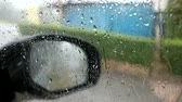 visibilité : driver parking car because can not look side mirror and car shake by heavy wind2 Vidéos Libres De Droits