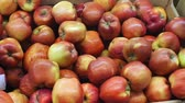 bakkaliye : red yellow apples background on the market counter