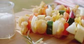 spring onion : Four chicken and vegetable kabobs on cutting board Stock Footage