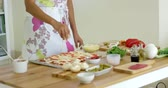 pieczarka : Woman preparing a homemade pizza in the kitchen Wideo