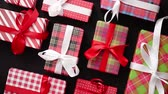 papel de embrulho : Top view of wrapped Christmas presents laid arranged on the black bacground Stock Footage