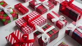 оберточной бумаги : Side view of wrapped Christmas presents laid on the white wooden table