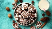 námraza : Sweet Christmas composition. Assortment of gingerbread cookies on a plate. Glass of milk, vanilla sticks, anise, pine, walnut. Top view. On blue background.