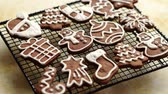 námraza : Fresh baked and prepared Christmas shaped gingerbread cookies placed on steel grill frame on a table. View from above.