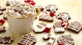 námraza : Cup of hot chocolate with tasety marshmellows. Fresh baked Christmas shaped gingerbread cookies on sides. With Xmas decorations. View from above.