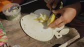 еда : Woman cutting lemon into slices.Cooking food on a campfire in forest.Camp life.Traveling.
