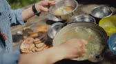 еда : Cooking food on a campfire in forest.Camp life.Traveling.