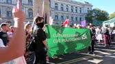 протест : LONDON - SEPTEMBER 20, 2019: Climate change protesters carry a banner past The Cenotaph on Whitehall at an Extinction Rebellion march