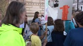 протест : LONDON - SEPTEMBER 20, 2019: Kids holding protest placards and singing at an Extinction Rebellion march on Whitehall, London