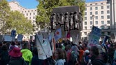 протест : LONDON - SEPTEMBER 20, 2019: Extinction Rebellion protesters marching past The Monument to the Women of World War II on Whitehall, London