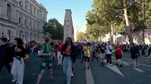 протест : LONDON - SEPTEMBER 20, 2019: People walking ahead of an Extinction Rebellion march as it passes The Cenotaph, London