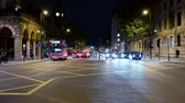 reino unido : LONDON - SEPTEMBER 10, 2019: Slow zoom in on traffic crossing a busy intersection at Kings Cross at night. Taken from traffic island in the middle of the road. Stock Footage