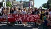 humanité : LONDON - SEPTEMBER 20, 2019: Young climate change protesters waiting for an Extinction Rebellion march to begin in Parliament Square, London