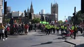 протест : LONDON - SEPTEMBER 20, 2019: Police and protesters in Parliament Square waiting for an Extinction Rebellion march to start