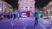 クイック : LONDON - OCTOBER 23, 2019: Emergency response vehicle speeding through traffic in Piccadilly Circus at night 動画素材