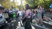 протест : LONDON - SEPTEMBER 20, 2019: Female student leader of an Extinction Rebellion march firing up the crowds of protesters