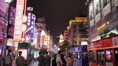 消費 : SHANGHAI - SEP 06, 2013:Crowds on Nanjing Road, Sep 06, 2013, Shanghai city, china.