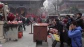 imádkozik : XIAN, CHINA - FEB 14, 2014: Crowded tourists praying for wealth and health in Puji temple,China. Stock mozgókép