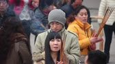 imádkozik : XIAN, CHINA - FEB 14, 2014: Crowded tourists praying for wealth and health in Puji temple.,China.