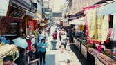 blokken : Xian, Shaanxi, China, 13 juni 2019. Xian Huimin Street is een beroemde eetcultuurwijk in Xian en een snackwijk in Xian. Stockvideo