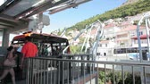 dalmácie : DUBROVNIK, CROATIA - AUGUST 17: Old city cable car going to the top of hill Srd with tourists on August 17, 2010 in Dubrovnik, Croatia