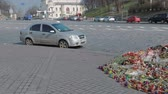 politicien : KIEV, UKRAINE - 22 mars 2014 : Fleurs pour la mort anticipée The International Convention Center. Vidéos Libres De Droits