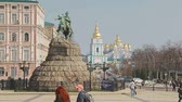 patinação : KIEV, UKRAINE - MARCH 22, 2014: People sightseeing The Khmelnytsky Monument at Sofiiska square with . Stock Footage