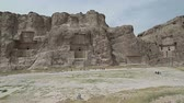 esculpida : Naqsh-e Rustam Panorama of the historical four tombs belonging to Achaemenid kings and Cube of Zoroaster panorama view.