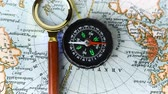 magnético : The compass arrow rotates on the geographical map of the world