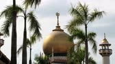 глэм : Singapore, Singapore - March 26, 2014: View to the cupola of the mosque in the Arab quarter in Singapore, Singapore. Стоковые видеозаписи