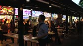 jantar : Singapore, Singapore, March 28, 2014 - People have dinner at a street restaurant in Singapore, Singapore.