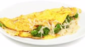 omelete : Omelet with cheese and broccoli on a white plate Vídeos