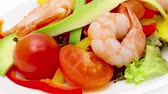 авокадо : Healthy salad of shrimp, mixed greens and tomatoes Стоковые видеозаписи