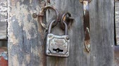 vysedět : Old metallic padlock on the wooden door Dostupné videozáznamy