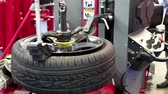 yenilemek : Tyre fitting. Worker remove the tire Stok Video