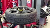 yenilemek : Timelapse 1080p: Tyre fitting. Worker remove the tire